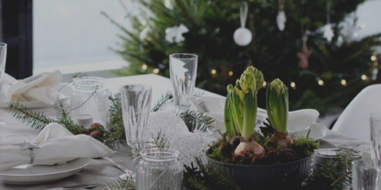 https://straightlinekitchens.com/wp-content/uploads/2018/11/winter-table-decor-do-it-yourself-natural-materials-and-white-winter-19-738-1280x640.jpg